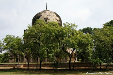 The Qutb Shah thumbs near the city of Hyderebad