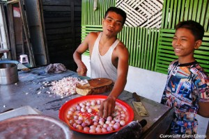 On the road from Bago to Toungoo, cutting garlic at a little street restaurant
