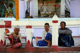 Near Pyay, women at the Shwemyethman Pagoda