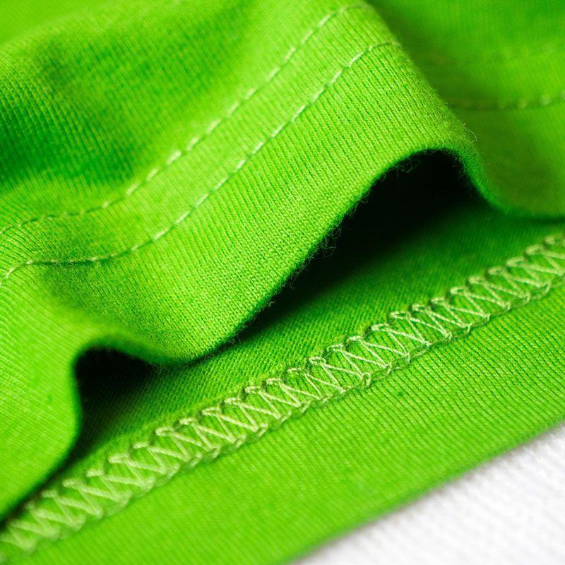 Detalle de las costuras de las camisetas