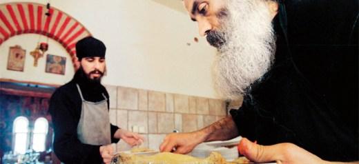Μια γυναίκα γράφει συνταγές από το Αγιο Ορος