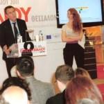 Ο Υφυπουργός Σπύρος Βούγιας απευθύνει χαιρετισμό εντός της Εκθέσεως Βιβλίου. Δεξιά η ηθοποιός Έρικα Μπίγιου