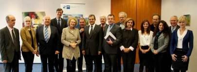 Η Αντιπρόεδρος του ΕΒΕ Βόννης Δρ. Κνάουμπερ-Ντάουμπενμπυχελ, ο Πρόεδρος του Επιμελητηρίου Αργολίδας Φώτης Δαμούλος και ο Αντιπρόεδρος του DHW Γιάννης Βασιλείου εν μέσω των αντιπροσωπειών των φορέων