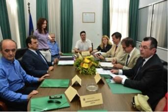 Im Bild: Der Präsident der IHK Bonn Wolfgang Grießl unterschreibt den Kooperationsvertrag. Ihm gegenüber der  Präsident der Kammer von Argolida Fotios Damoulos (2. von links). Rechts im Bild vorne DHW-Vizepräsident Jannis Vassiliou, rechts neben Präsident Grießl sitzt Dr. Hille, HGF der IHK Bonn.