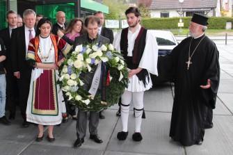 ο π. Απόστολος οδηγεί στον τόπο κατάθεσης του στεφανιού. στο μέσο ο πρόεδρος της Ελληνικής Κοινότητας Νυρεμβέργης κ. Κωσταντάτος. από αριστερά ο Δήμαρχος κ. Ιλκ, ο διευθυντής κ. Φρέλλερ, η Γενική Πρόξενος κ. Κωνσταντινοπούλου και ο αντιπρόεδρος της Βαυαρικής Βουλής κ. Μάγιερ