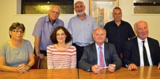 Στην φωτογραφία από αριστερά καθήμενοι η κ. Bulmer, η κ. Villiers, o κ. Longstaff και ο κ. Cornelius. Ιστάμενοι από αριστερά οι κ. Παρτασίδης, Σαββίδης και Ευαγγέλου.