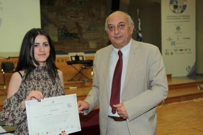 Απονομή Β' βραβείου από τον Υφυπουργό Εξωτερικών, Γιάννη Αμανατίδη στη Ναρίν Χακομπιάν από την Αρμενία