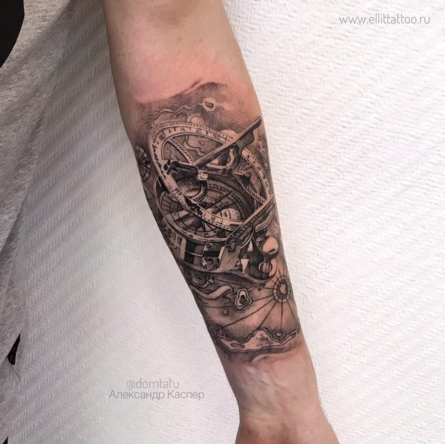 фото мужской черно белой татуировки на руке в стиле реализм графика