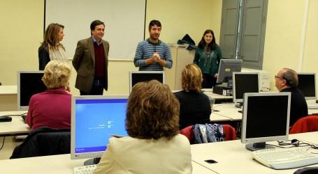 Manises imparte un curso de iniciación a la informática, Internet y redes sociales
