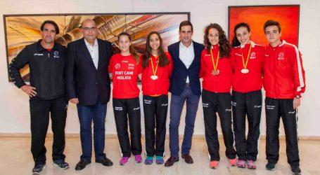 El alcalde de Mislata recibe a los atletas del Fent Camí que han participado en Campeonatos de España