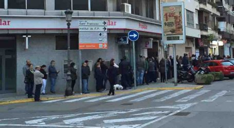 Colas en las administraciones de lotería para conseguir el Gordo