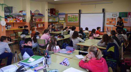 La Policía Local de Burjassot enseña a los niños en materia de protección animal