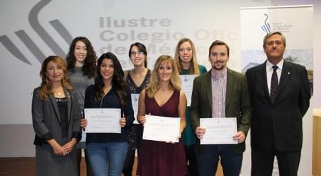 El Colegio de Médicos de Valencia entrega siete becas a médicos jóvenes para impulsar la formación e investigación