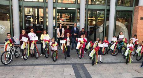"""Aldaia repartix 17 bicicletes als xiquets i xiquetes guanyadors del concurs """"La bici dels meus somnis"""""""