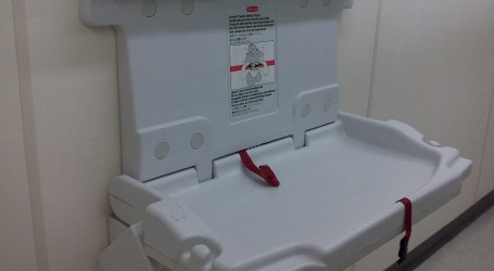 Denunciado un restaurante por discriminación de género al ubicar el cambiador de bebés solo en el baño de mujeres