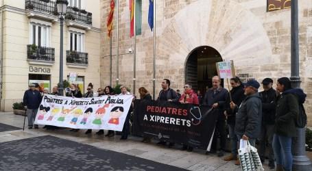 Diverses associacions es concentren davant Les Corts Valencianes per la restitució de pediatria en Xiprerets