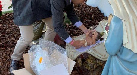 El alcalde de Alfafar dona una figura del niño Jesús al Belén municipal