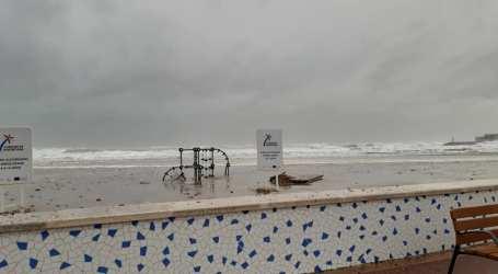 El temporal Gloria deja paseos marítimos inundados