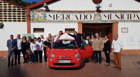 El Mercat Els Pins de Manises fa entrega d'un cotxe a la guanyadora del sorteig de novembre