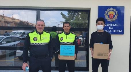 La comunidad china entrega mascarillas a la Policía Local