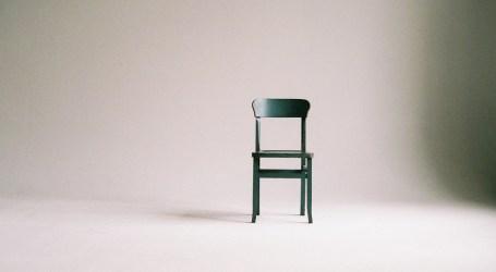 La firma de mobiliario valenciana Andreu World celebra sus 65 años de vida con un libro ilustrado con la silla como protagonista