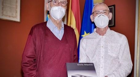 Enric Mestre dona su último libro homónimo a su pueblo natal