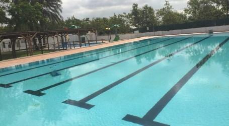 Alcàsser recorda la prohibició d'utilitzar «manguitos» o elements inflables en la piscina municipal