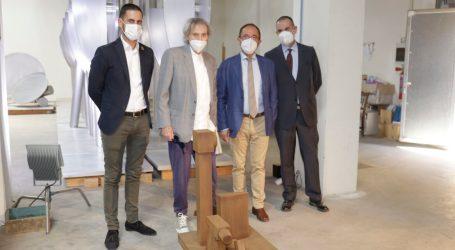 El Embajador de España ante la Unesco visita el taller del mislatero Miquel Navarro