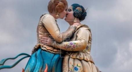 El beso lésbico de dos falleras revive su protagonismo convertido en falla