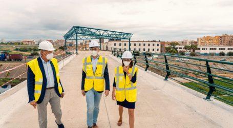 La pasarela que Obras Públicas construye para unir València con l'Horta Sud ya cruza la V-30 y el nuevo cauce del río Turia