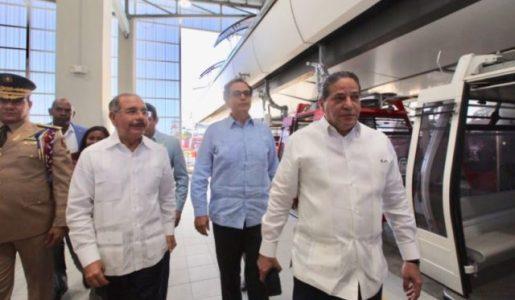 Danilo realiza recorrido por el Teleférico; comenzará a operar en mayo