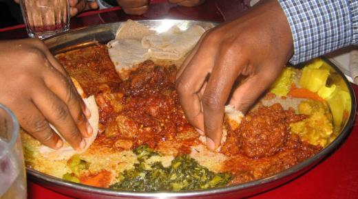 تفسير حلم رؤية الأكل مع الميت في المنام
