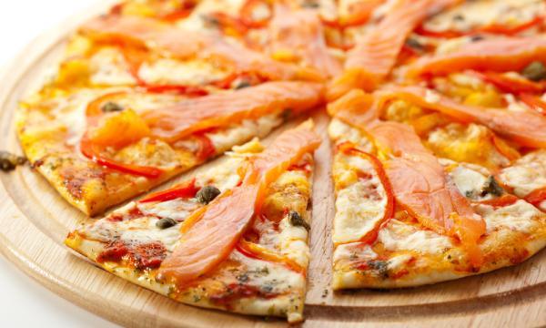 طريقة عمل بيتزا السلمون