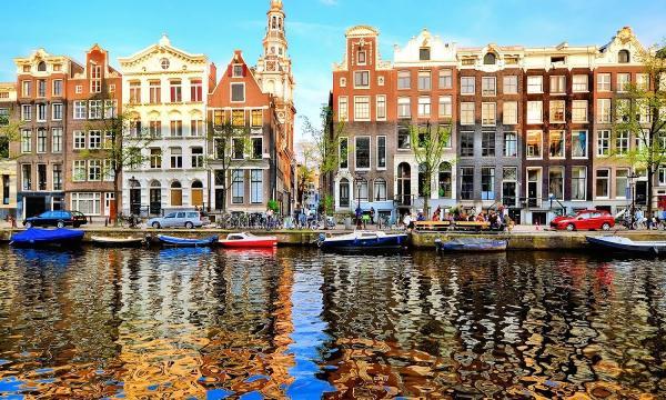 بماذا تشتهر مدينة أمستردام ؟