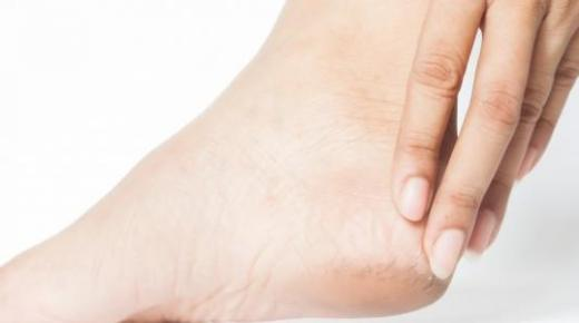 علاج خشونة وتشقق القدمين
