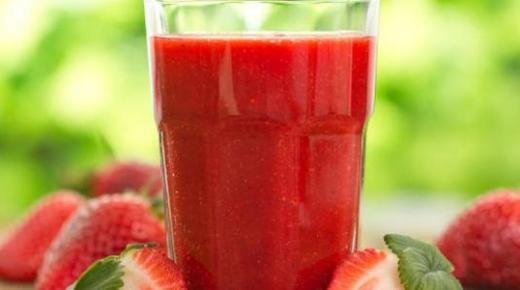 عمل عصير الفراولة بالموز والحليب وبأكثر من وصفة لذيذة