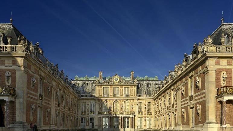 أين يوجد قصر فرساي ؟