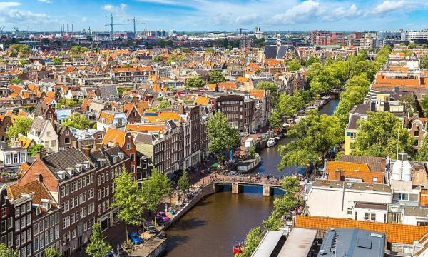 بم تشتهر مدينة أمستردام؟