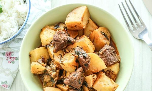 يخنة البطاطا باللحم على الطريقة اللبنانية