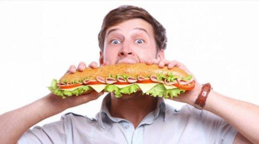 هل هناك علاقة بين الأكل بشراهة والحالة النفسية