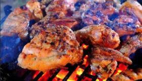مثل المطاعم..طريقة شوي الدجاج على الفحم