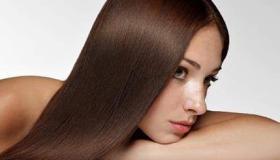 فرد الشعر المجعد في المنزل بطريقة طبيعية