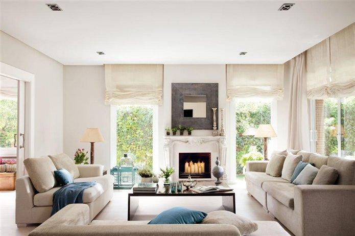 Una sala de estar luminosa en beiges y azules