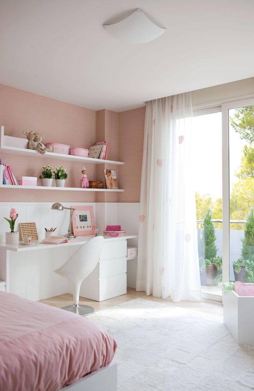 zona de estudio en blanco y rosa. Dormitorio infantil rosa con con muebles y arrimadero en blanco