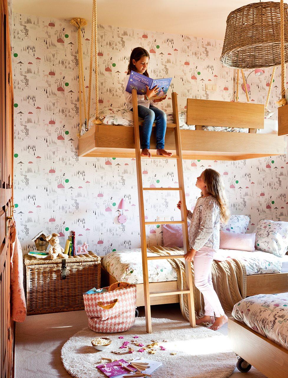 Una habitacin con camas voladoras