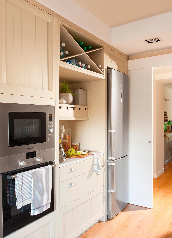 Una cocina pequea con mucho orden y un office