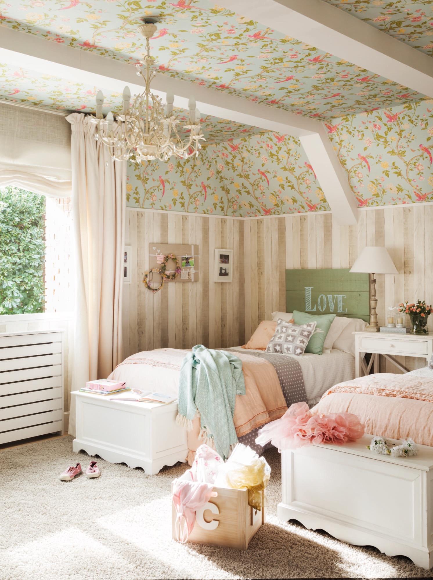 Una casa con muchos papeles pintados