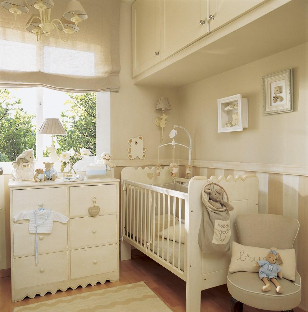 00163368. Dormitorio infantil en tonos beige con cómoda y armarios altos sobre la cuna_00163368