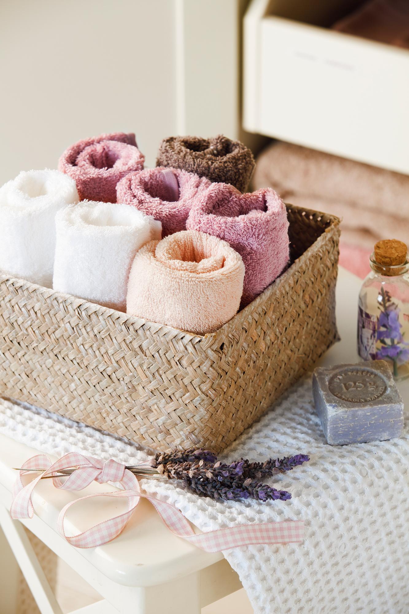 Detalle de toallas de baño de colores dobladas_ 00404255