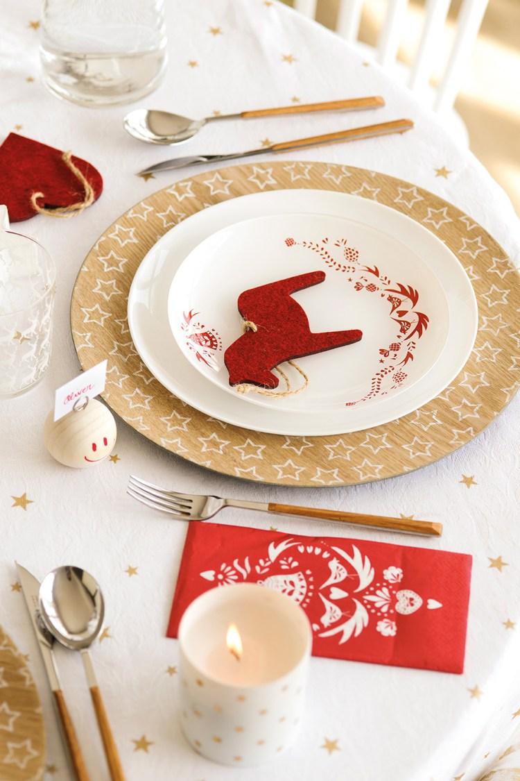 00444898. Detalle de la vajilla y decoración navideña de la mesa en rojo, dorado y blanco_00444898